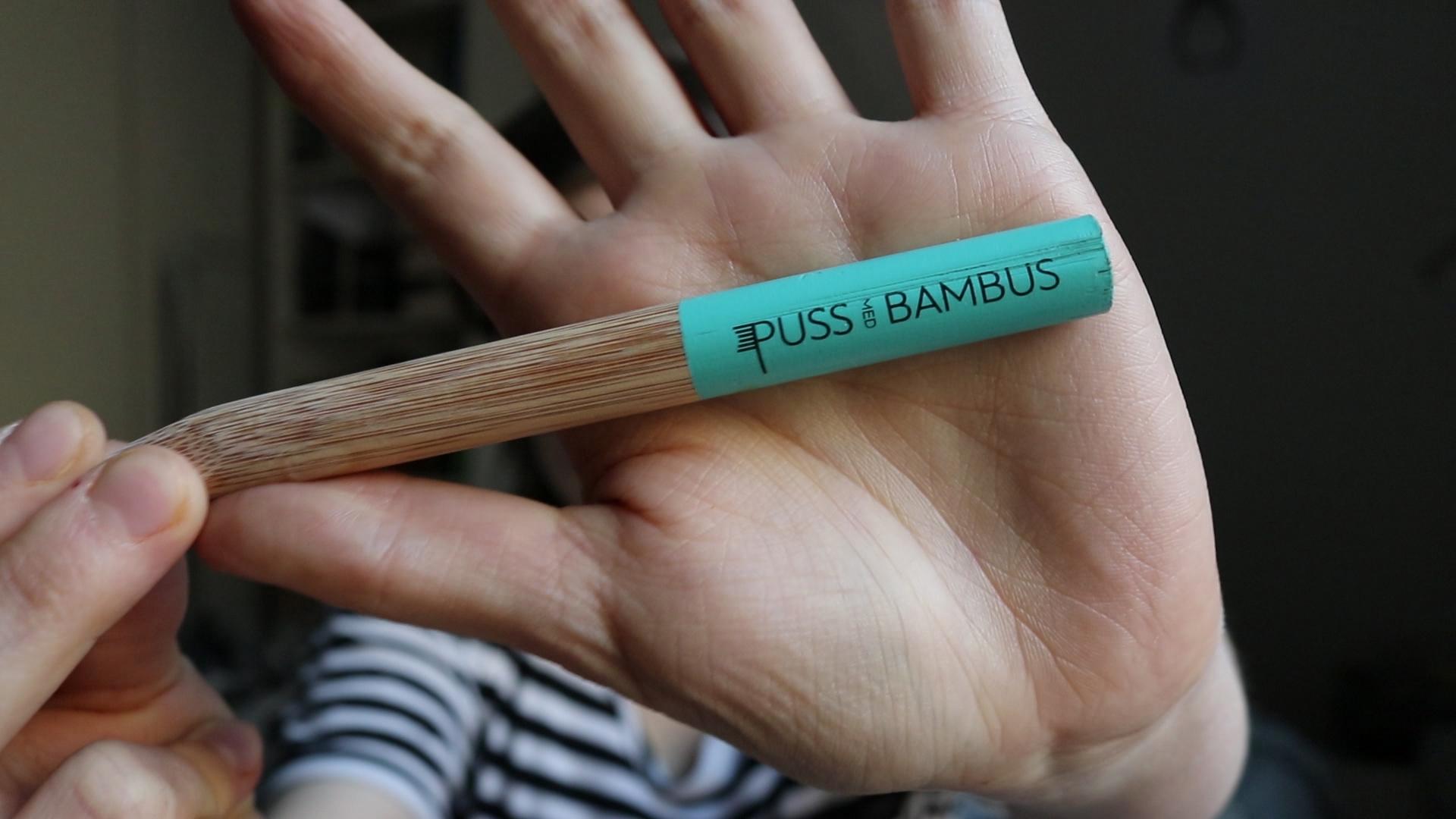Puss med bambus produserer en miljøvennlig tannkost
