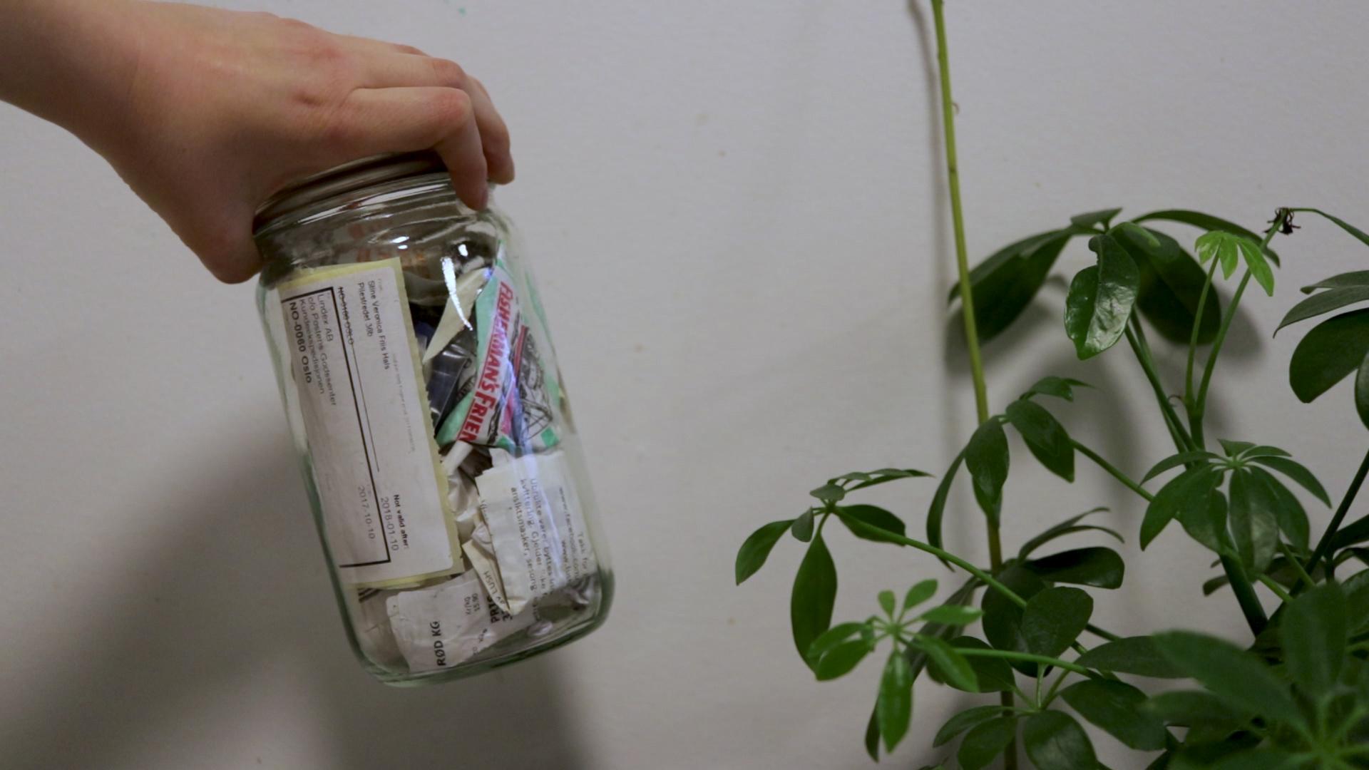 Når man gjør noe så sært som å samle søpla si i et Norgesglass skjønner jeg jo at folk blir nysgjerrig på hva det inneholder.